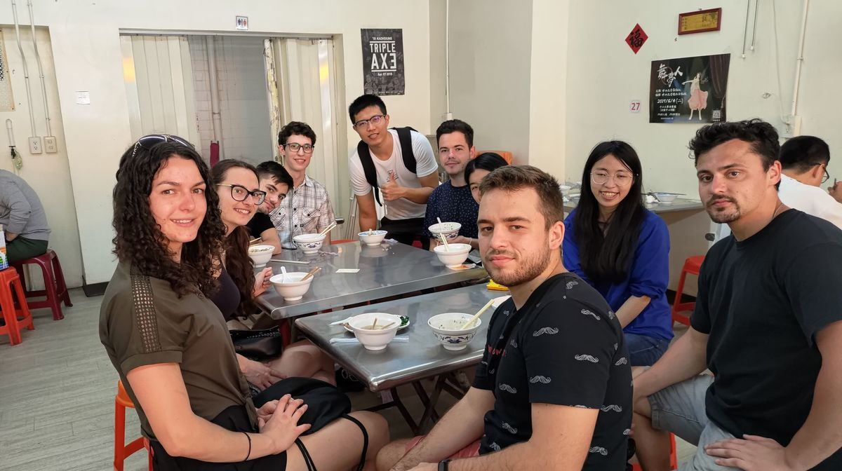 Student buddies took the Czech students on a foodie trip to Yancheng District.