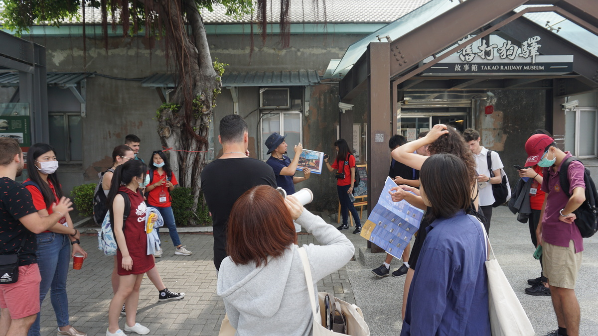 A tour guide of Takao Renaissance Association took the students on a walk around Hamasen District and told them about the history, architecture, and culture surrounding the campus.