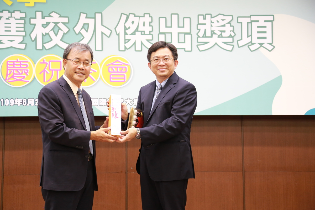 Dean of the College of Engineering Professor Chih-Peng Li (on the right) won the 2019 Outstanding Research Award of the Ministry of Science and Technology