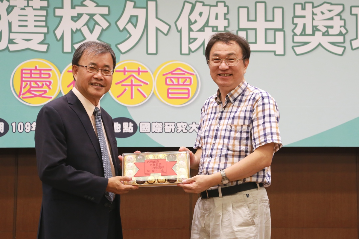 Professor Ting-Chang Chang (on the right) of the Department of Physics was awarded the 2020 IEEE Fellowship (Research Engineer/Scientist of the Institute of Electrical and Electronics Engineers)