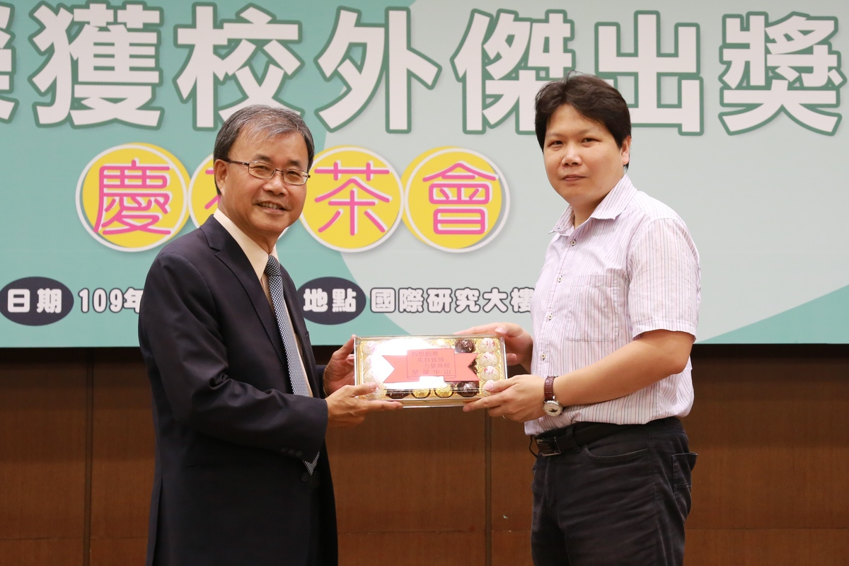 Professor Yeo-Wan Chiang (on the right) of the Department of Materials and Optoelectronic Science obtained the 2019 Academia Sinica Research Award for Junior Research Investigators, 2019 International Young Scientist of the Society of Polymer Science, Japan, and 2019 Award of Science and Technology for Young Scientist of the Polymer Society, Taipei.