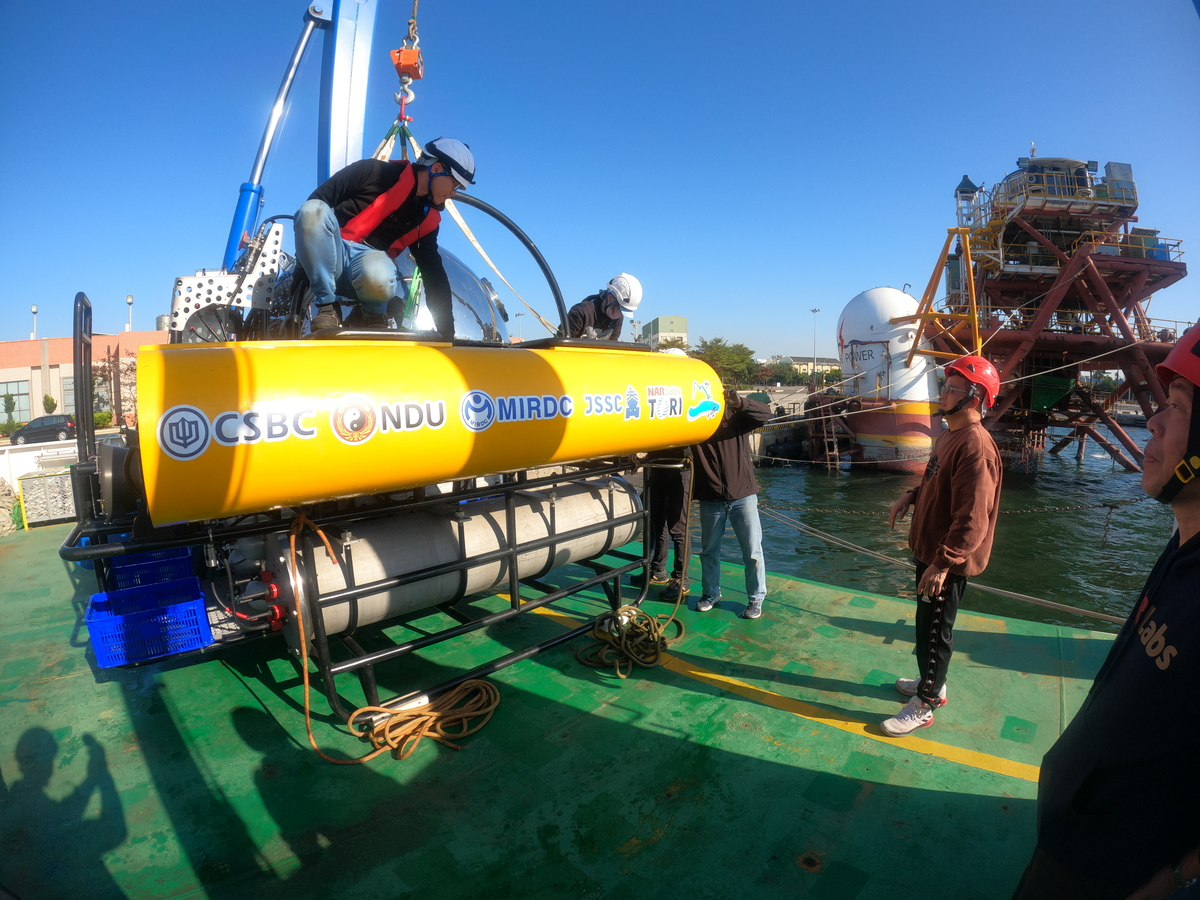 The small submarine developed by NSYSU team was transported to the Anping Port in Tainan for testing in open waters.