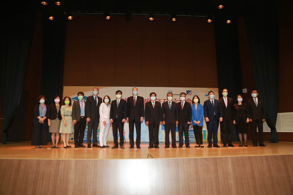 The Ministry of Education (MOE) and American Institute in Taiwan (AIT) jointly  organized the U.S.-Taiwan Education Initiative – Bilingual Education Symposium held in NSYSU. Minister of Education Pan Wen-chung (ninth from the left) announced the establishment of the first Bilingual Education and Training Base in Taiwan at NSYSU.