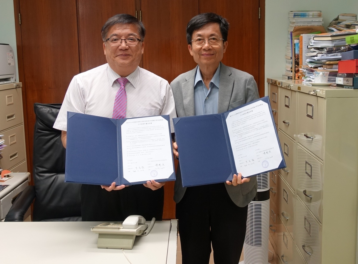 Principal of NLSI Lui Kwok Pat Fong College Chan Kwok Keung (on the left) signed a strategic alliance agreement with NSYSU.