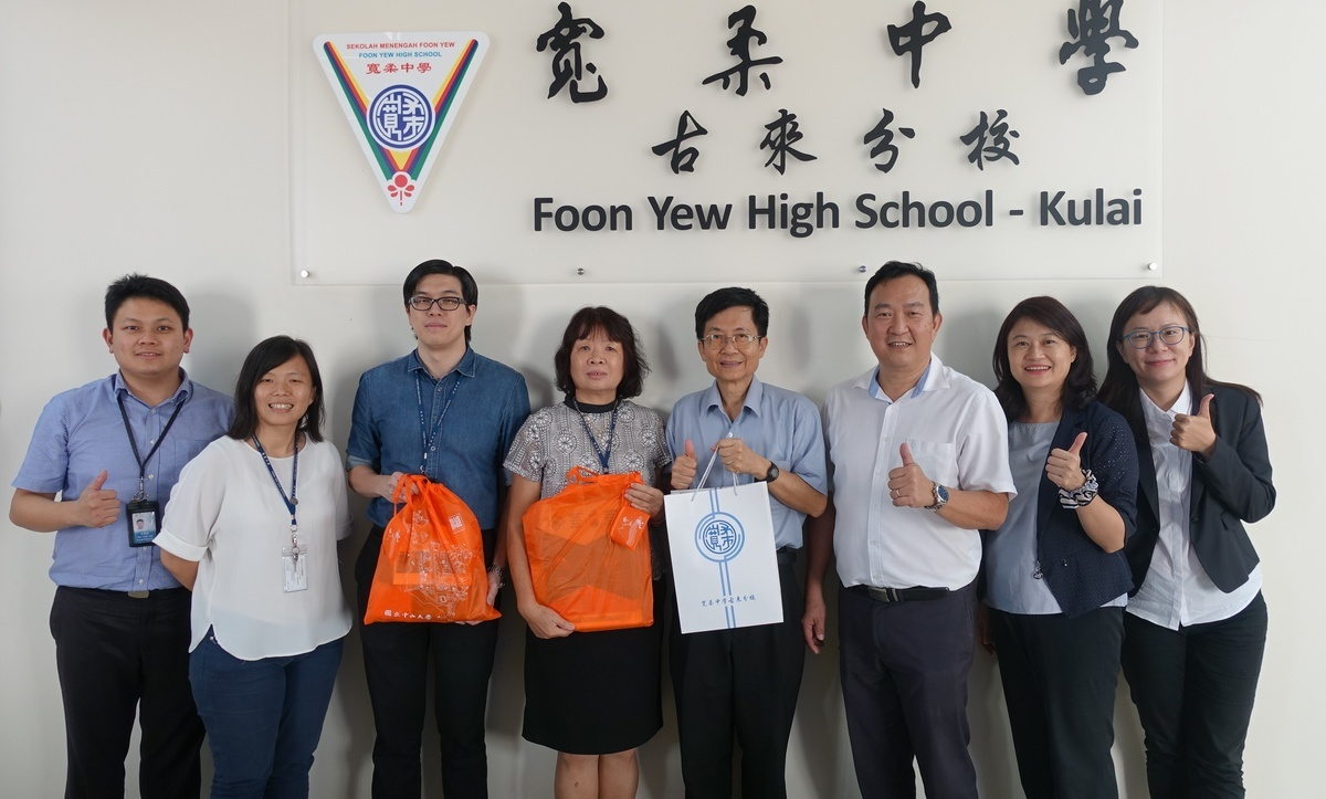 NSYSU team visited Foon Yew High School – Kulai (Malaysia) to discuss the details of the strategic agreement. From the left are: Deputy Head of Further Studies Department Foo Tiang Jing, Head of Further Studies Department Tay Yap Hong, Vice Principal蔡勁雄, Vice Principal Tam Sai Moi, NSYSU Vice President for Academic Affairs Tsung-Lin Lee, Head of Sun Yat-sen University Taiwan Alumni Association of Malaysia Kelvin Pang, Director Chloe Hsieh and Administrative Officer Chia-Chen Hung of the NSYSU Office of Academic Affairs.