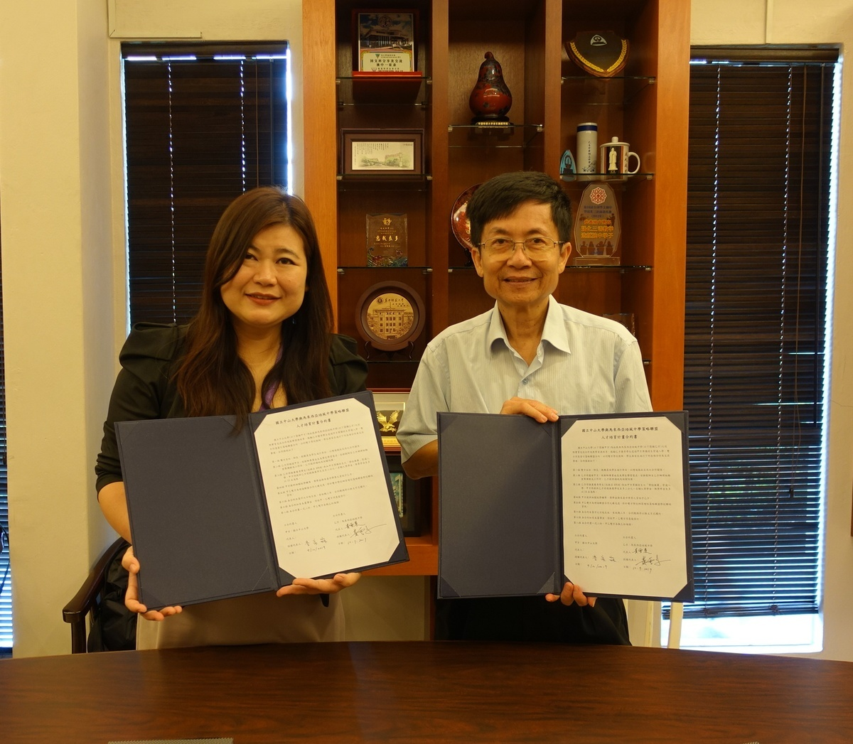 NSYSU Vice President for Academic Affairs Tsung-Lin Lee (on the right) signs a strategic alliance agreement with Ng Swee Lai – Principal of Pay Fong Middle School Malacca in Malaysia.