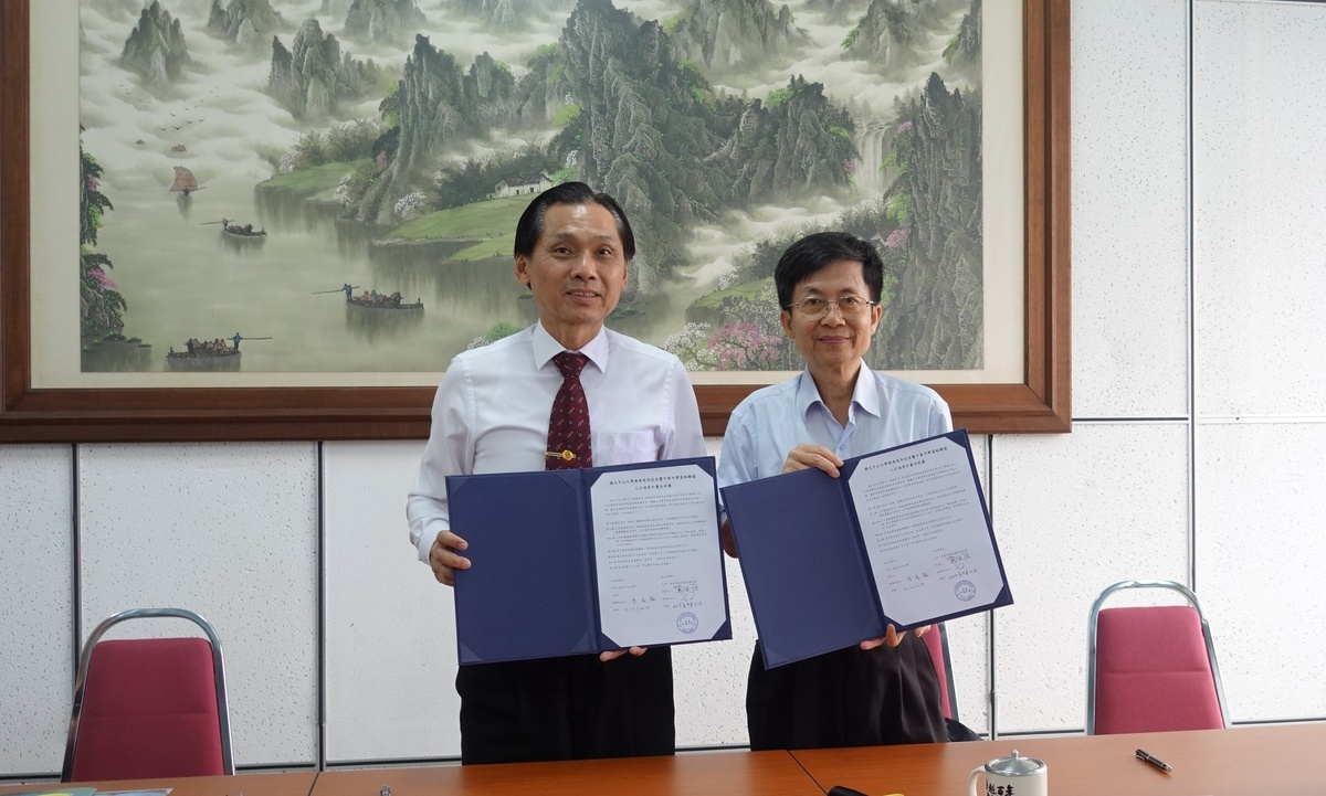 NSYSU Vice President for Academic Affairs Tsung-Lin Lee (on the right) signs a strategic alliance agreement with Liaw Wei Keong – Principal of Kluang Chong Hwa High School.