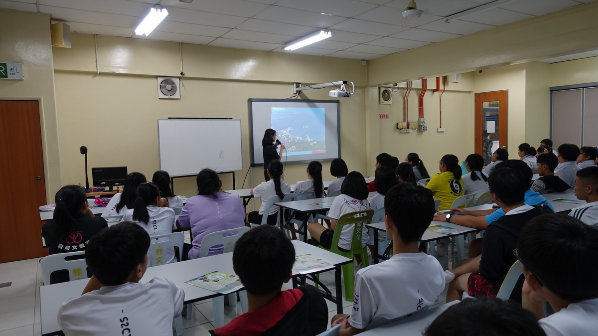 Presentation on NSYSU academic system, admission channels for overseas Chinese students and admission counselling for senior year students at Chong Hwa High School S.B.R.