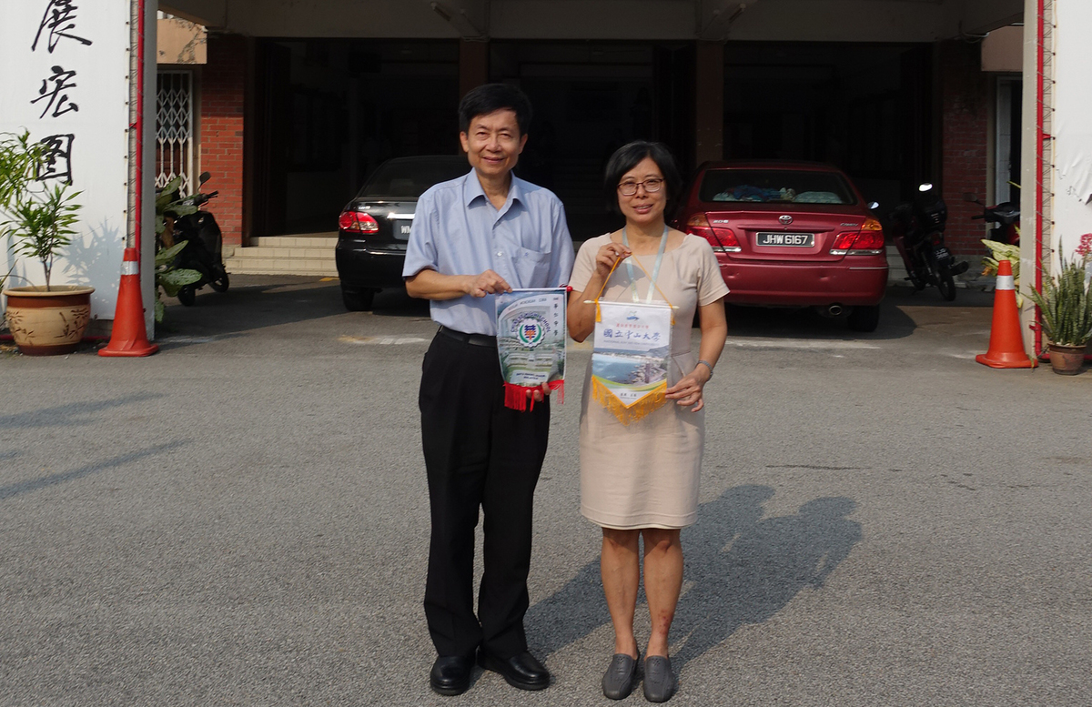 Visit to Chinese High School, Batu Pahat. On the left is NSYSU Vice President for Academic Affairs Tsung-Lin Lee, on the right is Principal of the Chinese High School, Batu Pahat Son Siew Ee.