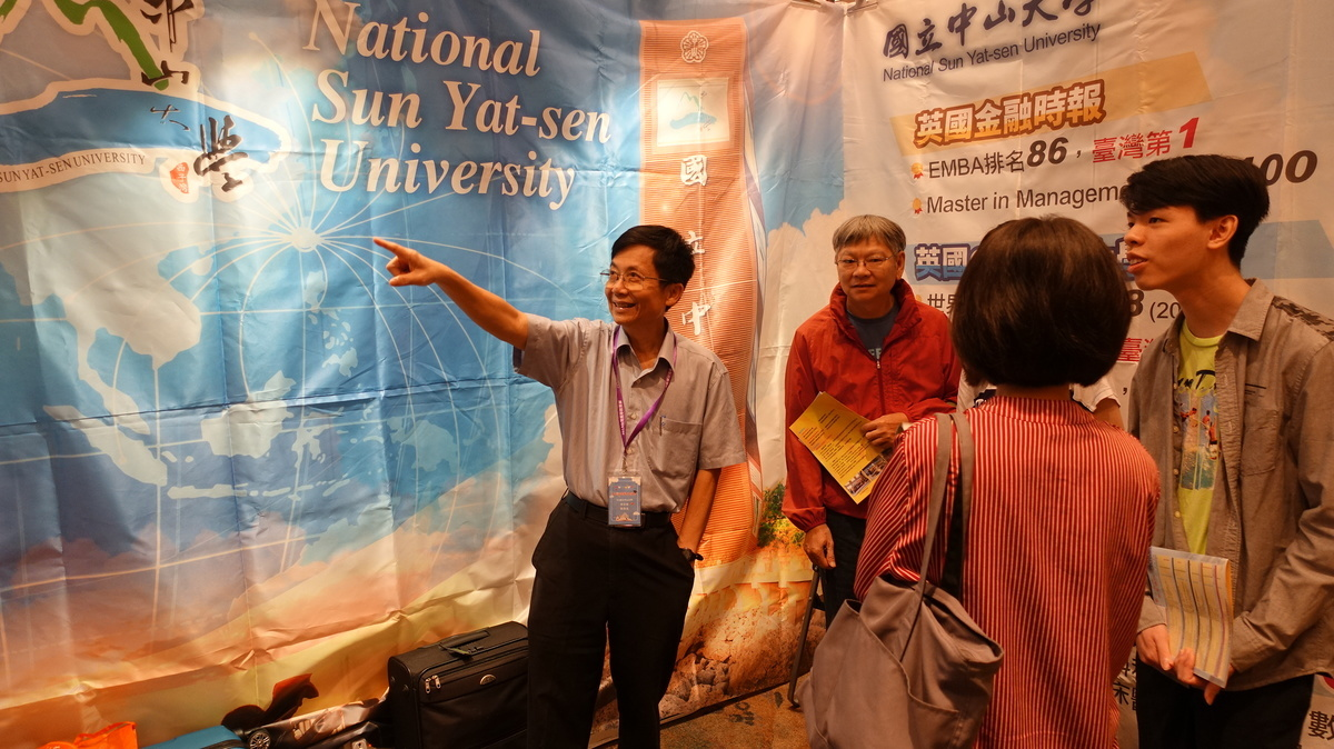 During the Taiwan Higher Education Fair in Macao, Vice President for Academic Affairs Tsung-Lin Lee presents the features of NSYSU to parents and students.