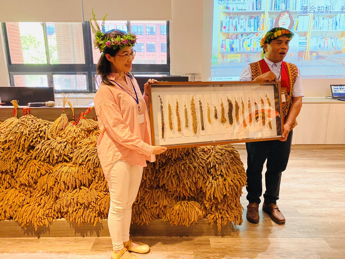 Assistant Professor Shih-Hui Liu (on the left) of the Department of Biological Sciences donated specimens of millet to the Center, collected during one of her research projects, with the aim to promote the material culture of the indigenous peoples of Taiwan.
