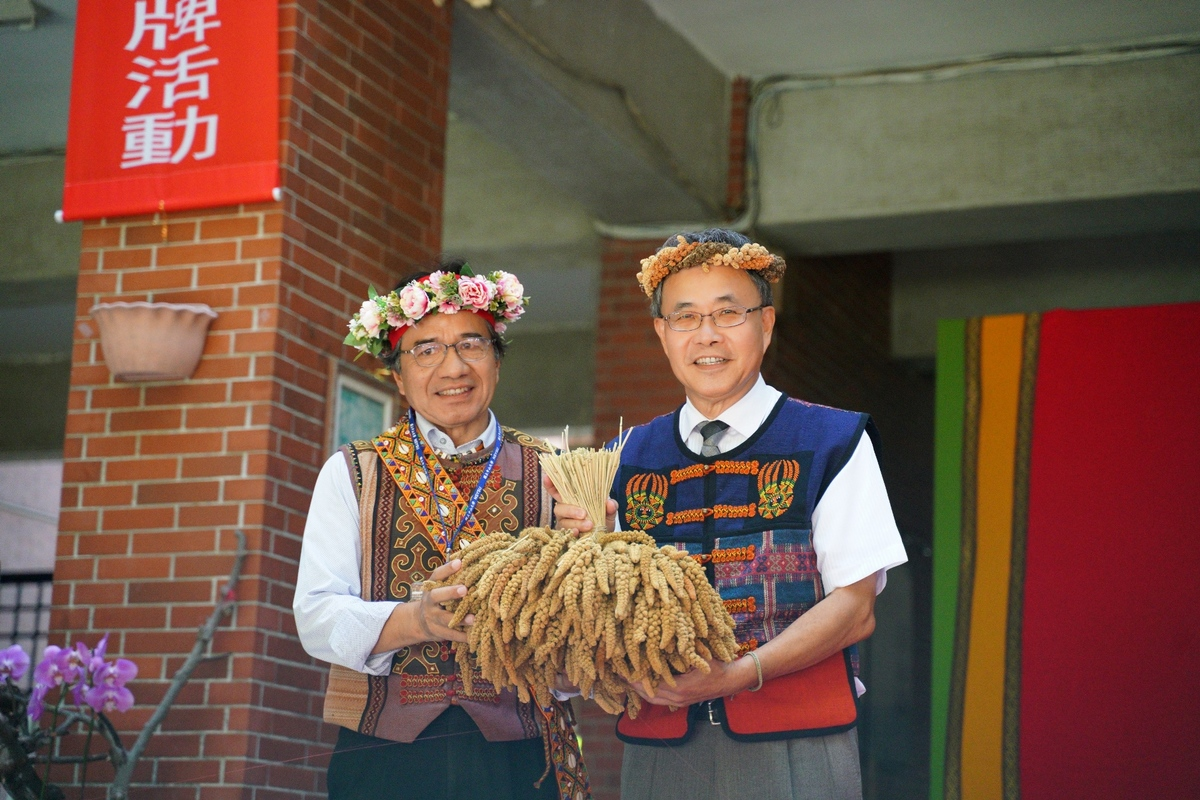 Mayor of the Wutai Township Cheng-Chi Tu handed a bouquet of millet to NSYSU President Ying-Yao Cheng; this is a gesture symbolizing cultivation and transmission of culture.