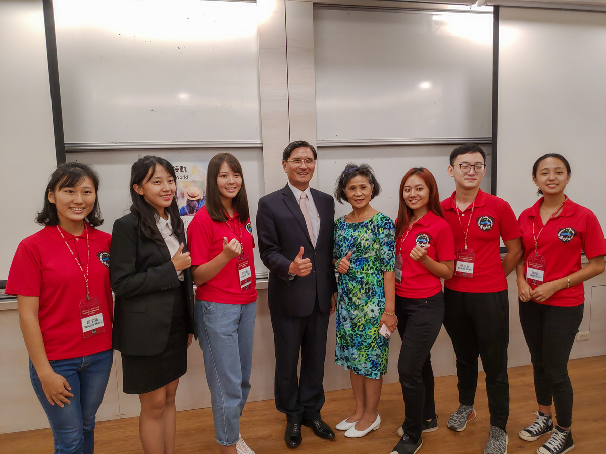 Director-General William Heng-sheng Chuang of the Southern Taiwan Office with NSYSU students