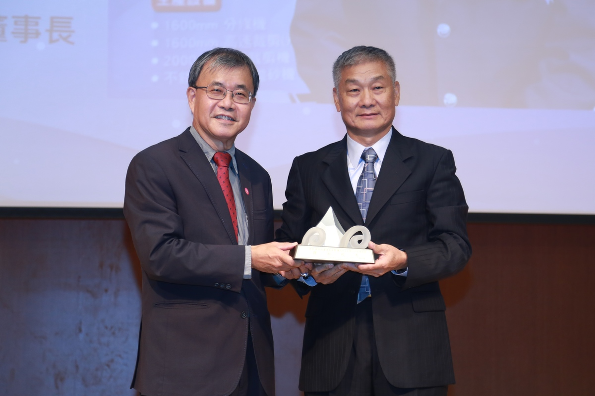 Chairman of Yuen Chang Stainless Steel Co. Te-Ho Yen (on the right), graduate of the EMBA program at the College of Management as of 2017, was awarded the Outstanding Alumnus Award in the category of Business Elite. He has been managing his stainless steel enterprise for over 30 years and succeeded in expanding it overseas. Te-Ho Yen worked on its features, transformation, development, and product diversification and won the trust of clients. Besides, he has been attentive to public affairs for many years and donated funds to the government's relief subsidies and for rural education. Yen also donated funds to his alma mater for the remodeling of the classrooms of the College of Management to provide a better study environment to the students.