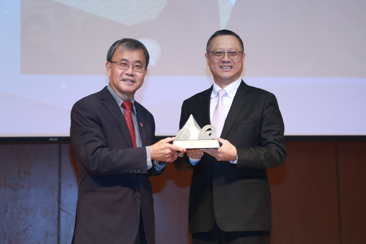 The awardee in the category of Social Service is Chung-Hui Huang (on the right) – Chairman of Ba Ba Business and graduate of EMBA program (class of 2013). Huang has been managing Ba Ba Business since its establishment in 1988 when it started as a sales representative. Later on, he transformed the company, established a factory, and integrated upstream, midstream, and downstream sectors. As the company achieved success, Huang did not forget its social responsibility: he responded to the healthcare needs of southern Taiwan and supported the establishment of the medical school by donating funds for the construction of the building for medical education and encouraging more alumni and companies to inject funds into the development of the College of Medicine.