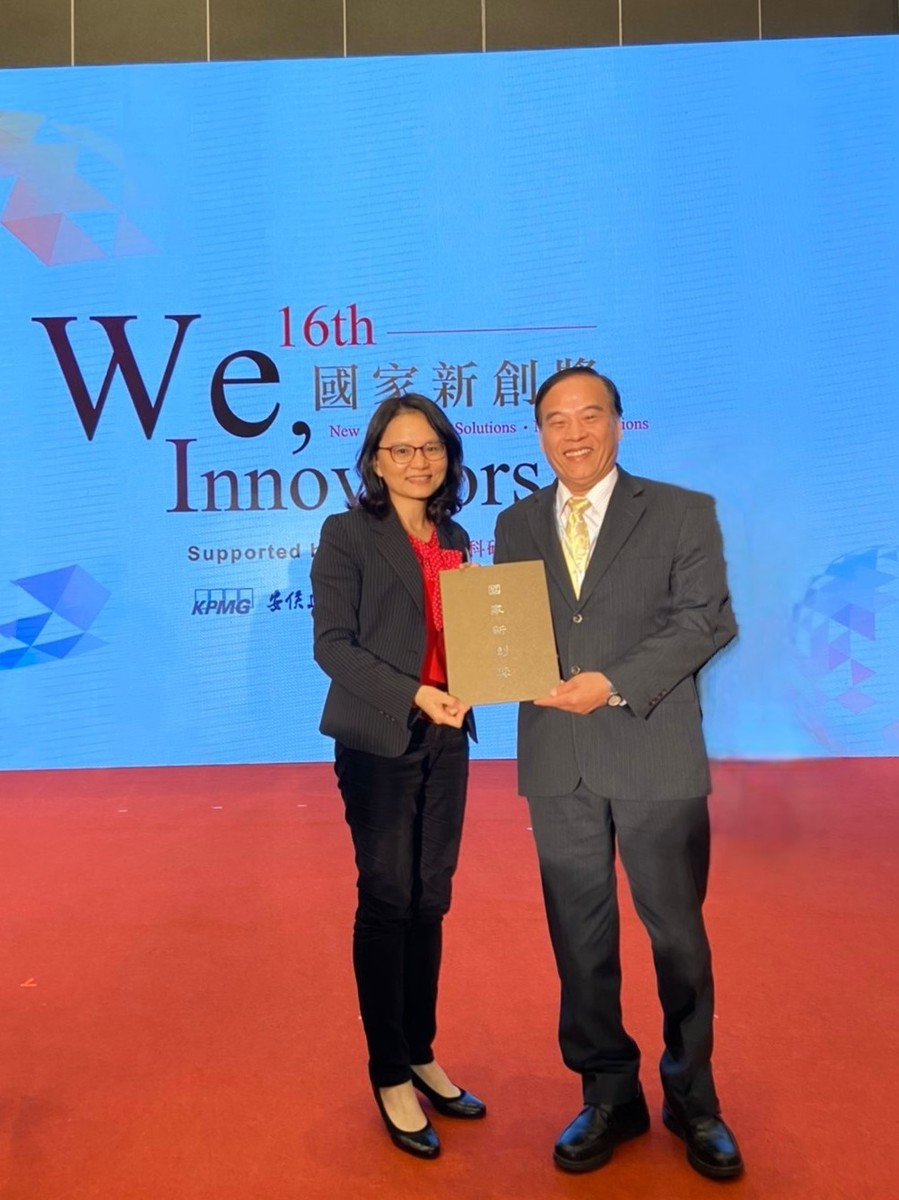 Academic and Research Innovation Award: Professor Lie-Fen Shyur (on the left) won the National Innovation Advancement Award in the category of Agricultural and Food Biotechnology.