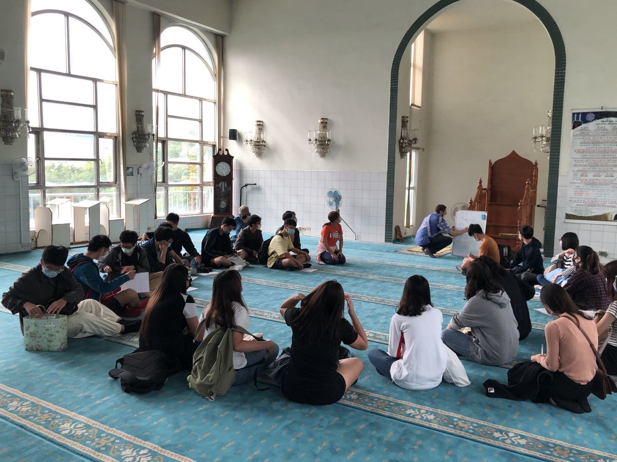 Students visit Kaohsiung Mosque to learn about Islamic culture