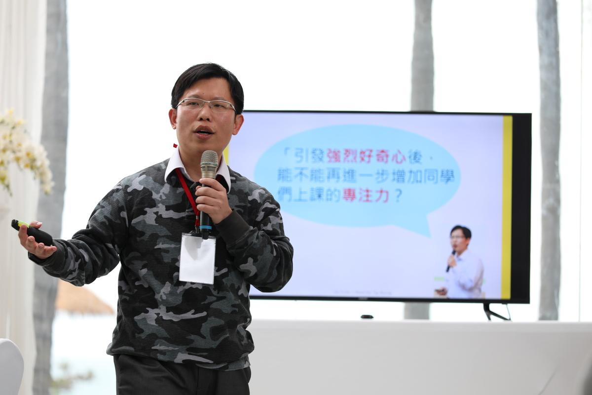 The Forum also invited Professor Jiun-Tai Chen of the Department of Applied Chemistry at National Chiao-Tung University, who gave a speech on slashers' education and shared his 10-years' experience in teaching slashers.